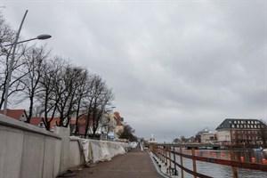 Die Promenade unterhalb der Sturmflutschutzwand in Warnemünde soll Anfang März freigegeben werden