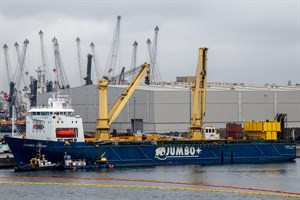 """Die """"Jumbo Vision"""" nach dem Verlade-Unfall im Seehafen Rostock"""