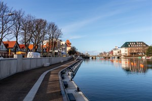 Neue Promenade am Alten Strom in Warnemünde mit Blick auf die Bahnhofsbrücke