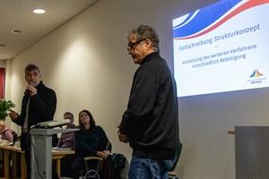 Ralph Müller (links) und Wolfgang Oehler präsentieren den Plan für die Bürgerbeteiligung an der Fortschreibung des Strukturkonzepts für Warnemünde