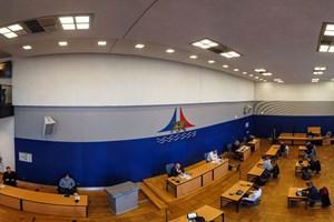 Mit viel Abstand zwischen den Plätzen segnete der Hauptausschuss gestern in Rostock das Corona-Sonderbudget ab