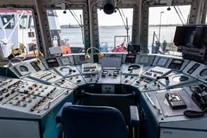 Auf der Brücke des Feuerlöschboots FLB 40-3