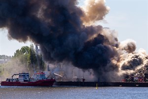 Das Feuerlöschboot FLB 40-3 bei seinem letzten Einsatz, einem Großbrand auf dem Schrottplatz im Gewerbegebiet Schmarl
