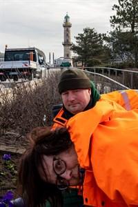 Zusammen mit ihren Kollegen nimmt Fachteamleiterin Katrin Wimmer die Frühjahrsbepflanzung in Warnemünde vor