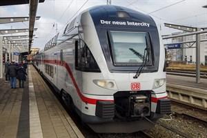 Abends fährt der neue Intercity von Rostock-Warnemünde bis nach Wien
