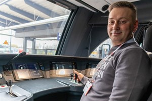 Lokführer Ronny Mang steuert den neuen Intercity auf seiner Premierenfahrt von Rostock nach Berlin