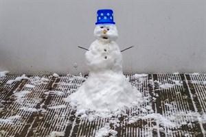 Verspäteter Wintereinbruch in Rostock: Für einen kleinen Schneemann hat es gereicht.