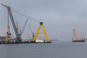 """Die Schwimmkräne """"Hebo Lift 9"""" (links) und """"Baltic Lift"""" im Seehafen Rostock"""