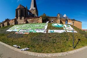 Rostock for Future: Protestbanner gegen die Klimakrise vor der Petrikirche in Rostock