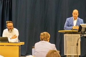Die Bürgerschaft der Hansestadt Rostock hat den noch vor der Corona-Krise erstellten Haushaltsentwurf von Oberbürgermeister Claus Ruhe Madsen (links) und Finanzsenator Chris Müller-von Wrycz Rekowski beschlossen