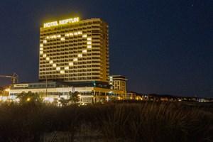 Das Hotel Neptun in Warnemünde zeigt Herz in der Corona-Krise
