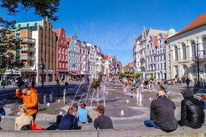 Seit heute sprudelt das Wasser am Brunnen der Lebensfreude in Rostock wieder
