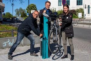 Ein Reparatur-Ständer mit Werkzeug und Luftpumpe erlaubt kleine Arbeiten am Fahrrad