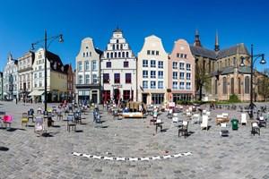 Leere Stühle am letzten Freitag auf dem Neuen Markt in Rostock