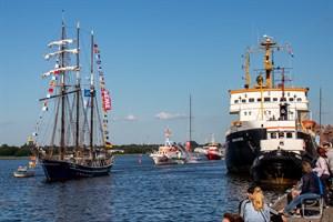 """Maritimes Flair im Stadthafen: Dreimast-Bramsegelschoner """"Santa Barbara Anna"""", Seenotkreuzer """"Arkona"""" und Feuerlöschboot """"Albert Wegener"""""""