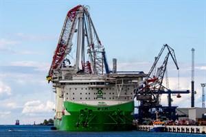 """Beim Belastungstest ist heute ein auf dem Spezialschiff """"Orion I"""" montierter Schwerlastkran im Seehafen Rostock abgeknickt"""