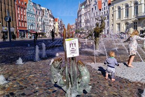 """1,5-Meter-Corona-Mindestabstand - Schild """"Bitte Abstand halten!"""" am """"Pornobrunnen"""" in Rostock"""