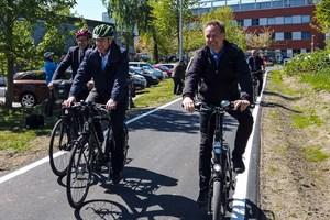 Universitätsrektor Wolfgang Schareck (v.l.), Verkehrsminister Christian Pegel und Bausenator Holger Matthäus weihen den Radschnellweg ein