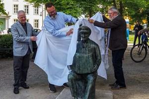 Michael Tryanowskis Sohn Frank Kraschewski (v.l.), Oberbürgermeister Claus Ruhe Madsen und Bildhauer Wolfgang Friedrich enthüllen die Spielmannopa-Statue
