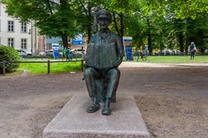 Spielmann-Opa: Bronze-Skulptur von Straßenmusiker Michael Tryanowski am Uniplatz aufgestellt