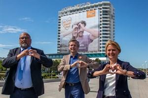 Wirtschaftminister Harry Glawe (v.l.), Dr. Heiko Geue (Chef der Staatskanzlei MV) sowie die Landtags- und Tourismusverbandspräsidentin Birgit Hesse zeigen Herz