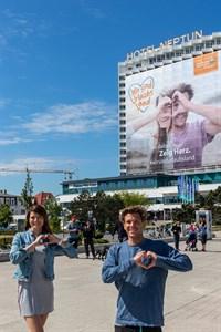 Margaryta Gebbert und Aaron Jack vor ihrem 'Riesenbanner'