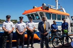 Innenminister Lorenz Caffier (vorne) hat heute in Warnemünde den Bäderdienst der Landespolizei Mecklenburg-Vorpommern gestartet
