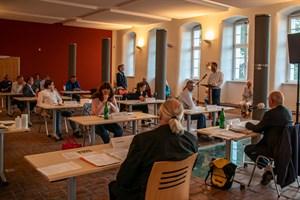 Liedermacherin Bea diskutiert mit Oberbürgermeister Claus Ruhe Madsen über den Radweg in der Parkstraße Warnemünde