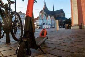 Im Herbst 2019 testete der Verleiher VOI sein E-Scooter-Angebot in Rostock, ab Mitte Juni gibt es in der Innenstadt bis zu 120 Elektrotretroller von Bird (Foto: Archiv)