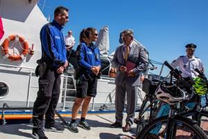 Polizeidirektor Achim Segebarth (rechts) schaut etwas neidisch auf die schicken Dienstfahrräder des Bäderdienstes