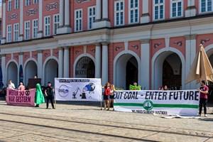 Umweltschützer fordern vor dem Rostocker Rathaus einen schnellen Kohleausstieg