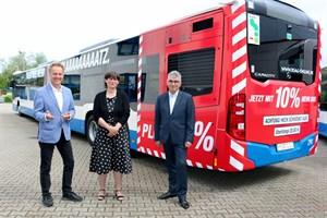 Umweltsenator Holger Matthäus, Yvette Hartmann (Kaufmännischer Vorstand RSAG) und Jan Bleis (Vorstand Markt und Technik RSAG) freuen sich über die neuen XL-Busse (Foto: RSAG)