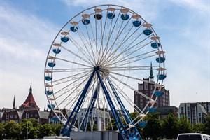 Ein Riesenrad steht bereits im Stadthafen Rostock - jetzt folgt der erste mobile Freizeitpark (Foto: Archiv)