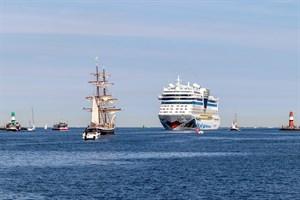 """Das Kreuzfahrtschiff """"AIDAmar"""" beim Einlaufen in Warnemünde"""