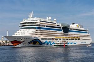 Das Kreuzfahrtschiff AIDAmar am 18. Juli 2020 beim Einlaufen in Rostock-Warnemünde