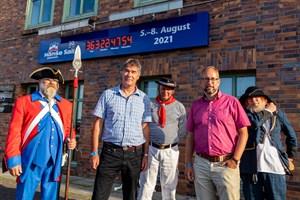 Hanse Sail Rostock 2021: Der Countdown läuft! Hanse-Sail-Chef Holger Bellgardt (2.v.l.), Tourismusdirektor Matthias Fromm (2.v.r.) mit Stadtsoldaten, Kanonier und Klabautermann
