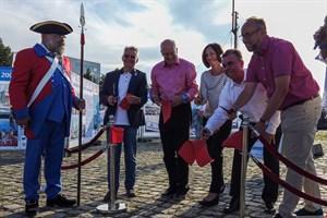 """Eröffnung der Open-Air-Ausstellung """"29 Jahre Hanse Sail"""" im Stadthafen Rostock - Dr. Frank Elsner (Hanse Sail Verein), Roland Methling, Jana Mentz (Ostseesparkasse Rostock), Wlfried Ott (Hanseatische Brauerei Rostock) und Tourismusdirektor Matthias Fromm (v.l.n.r.)"""
