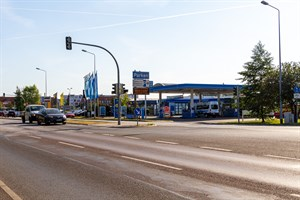 Eines der neuen Parkhäuser in Warnemünde soll an der Stadtautobahn entstehen