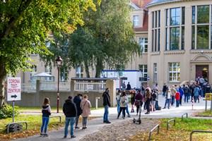 Die Corona-Tests von Schülern und Lehrern der Hundertwasserschule wurden heute an der Universitätsmedizin Rostock fortgesetzt