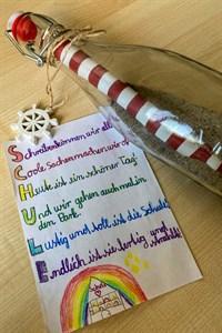 Eine Flaschenpost gab es zur offiziellen Eröffnung der Heinrich-Heine-Grundschule in Rostock-Warnemünde auch
