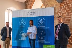 Gewerbepark in Rostock-Brinckmansdorf geplant: Darius Scheible (Geschäftsführer, VGP Deutschland, v.l.), Oberbürgermeister Claus Ruhe Madsen und Christian Weiß (Geschäftsführer Rostock Business)