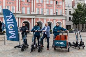 """""""Moin."""" - Neuer E-Scooter-Verleiher in Rostock gestartet: Steffen Nozon, Adrian Merker, Thomas Schneider und Jakob Richter (v.l.)"""