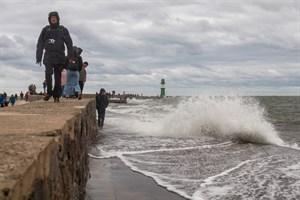 Sturmtief Gisela sorgte für eine Sturmflut und lockte zahlreiche Schaulustige nach Warnemünde