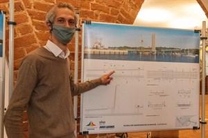 Tragwerksplaner Uwe Burkhardt zeigt den Entwurf für die Warnowbrücke über den Stadthafen Rostock