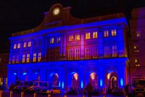 """Blaues Rathaus in Rostock anlässlich des XIX. Internationalen Aktionstags """"Cities for Life – Städte für das Leben/Städte gegen die Todesstrafe"""""""