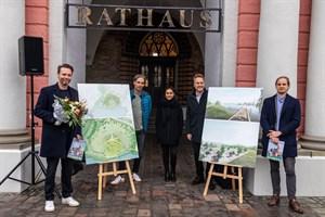 Entwurf für den Stadtpark zur Buga 2025 in Rostock - Landschaftsarchitekt Stephan Lenzen (v.l.), Robert Strauß und Lisa Tiedemann (Buga-Fachgruppe), Senator Holger Matthäus und Sebelo Jeebe (Teamleiter, Wettbewerbe bei RMP)