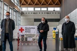 Oberbürgermeister Claus Ruhe Madsen (v.l.), Gesundheitssenator Steffen Bockhahn und Prof. Dr. Emil Reisinger bei der Eröffnung des neuen Corona-Testzentrums in der Hansemesse in Rostock-Schmarl