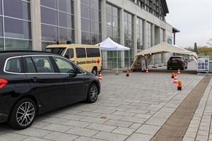 Corona-Testzentrum mit Drive-In in der Hansemesse in Rostock-Schmarl