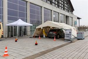 Das Corona-Impfzentrum von Rostock entsteht in der Hansemesse Schmarl - einen Drive-In, wie hier beim Testzentrum, wird es nicht geben, da Geimpfte noch kurz in den Ruheraum müssen. (Foto: Archiv)