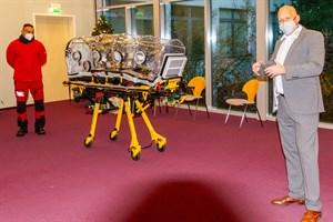 Daniel Rowan (li.) und Frank Zabell von der Johanniter Luftrettung unterweisen Ärzte und Sanitäter am Südstadt-Klinikum Rostock im Umgang mit dem Unterdruck-Transport-Zelt IsoArk